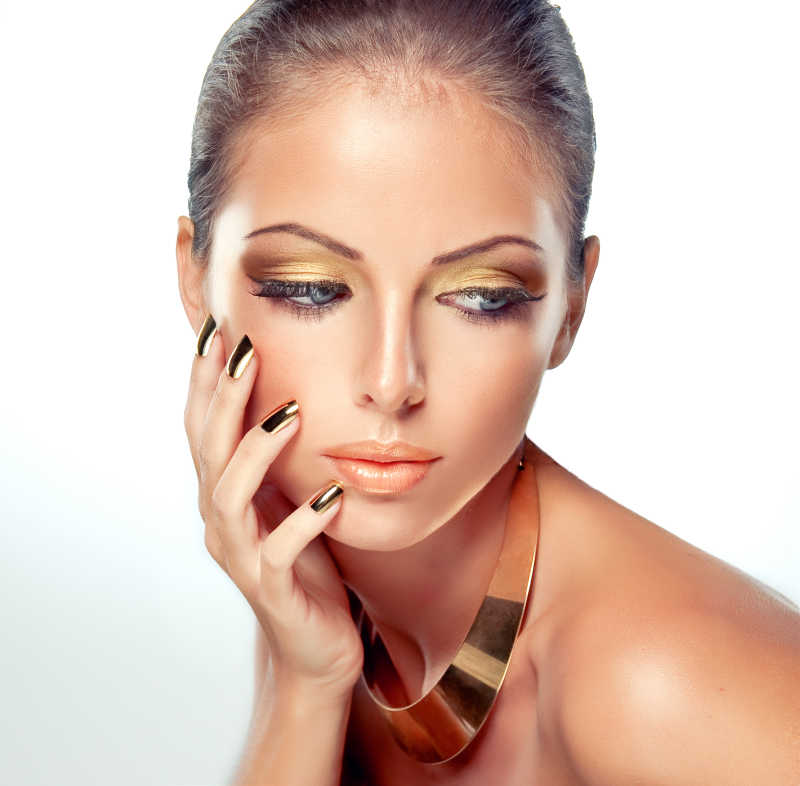 金色妆容与美甲的美女