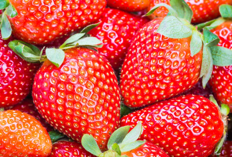 新鲜带有绿叶的草莓