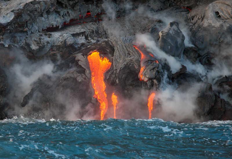 火山爆发后熔岩流入大海