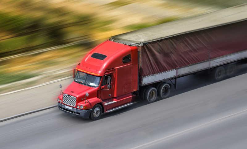 行驶中的货运卡车