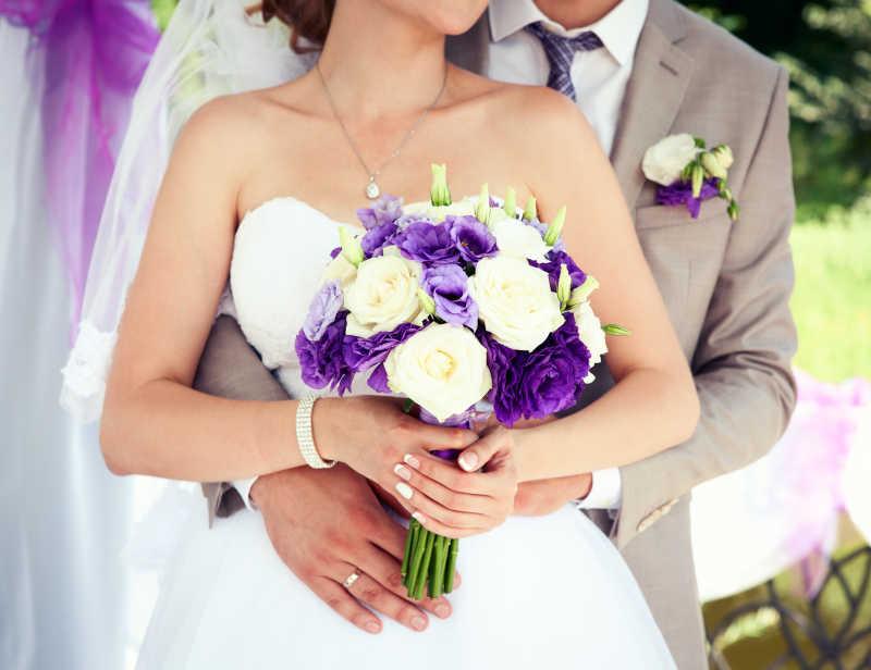 新郎新娘以及手中的捧花