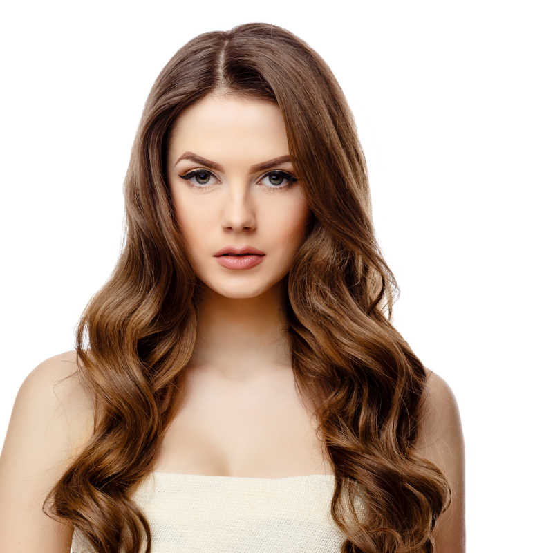 白色背景下长头发的美丽女人