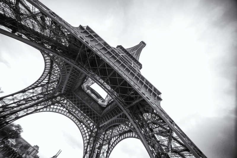 黑白相间的埃菲尔铁塔