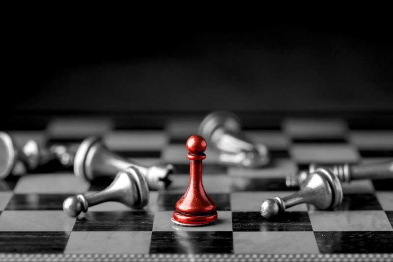 一颗站立的棋子预示着成功的概念