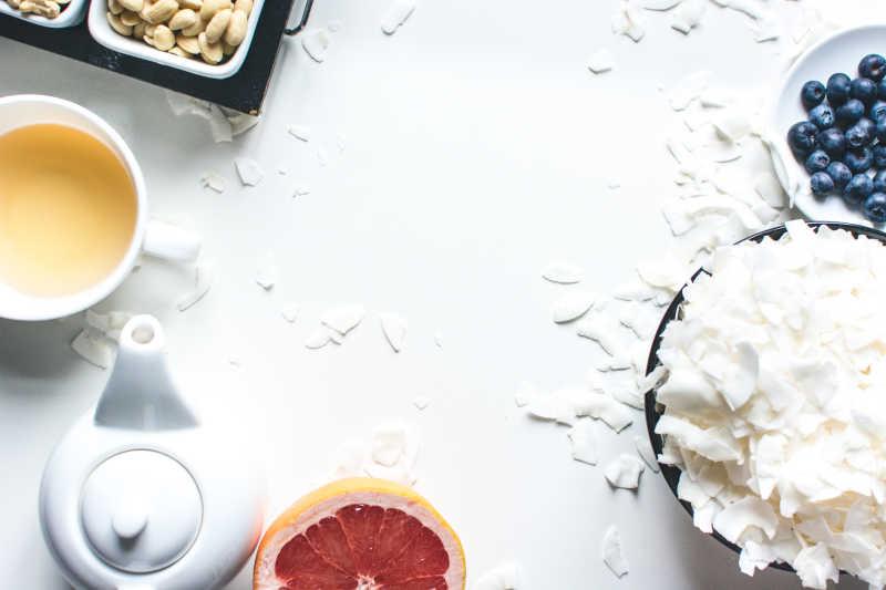 白色桌上的茶水、腰果和白色食材