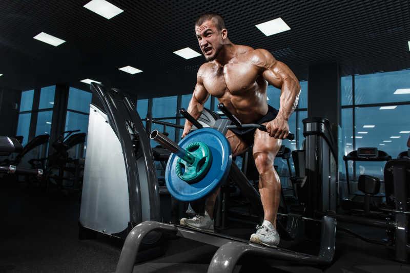 在健身房训练的健美运动员