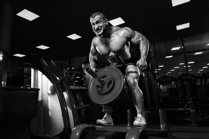 强壮的肌肉男正在健身房进行锻炼