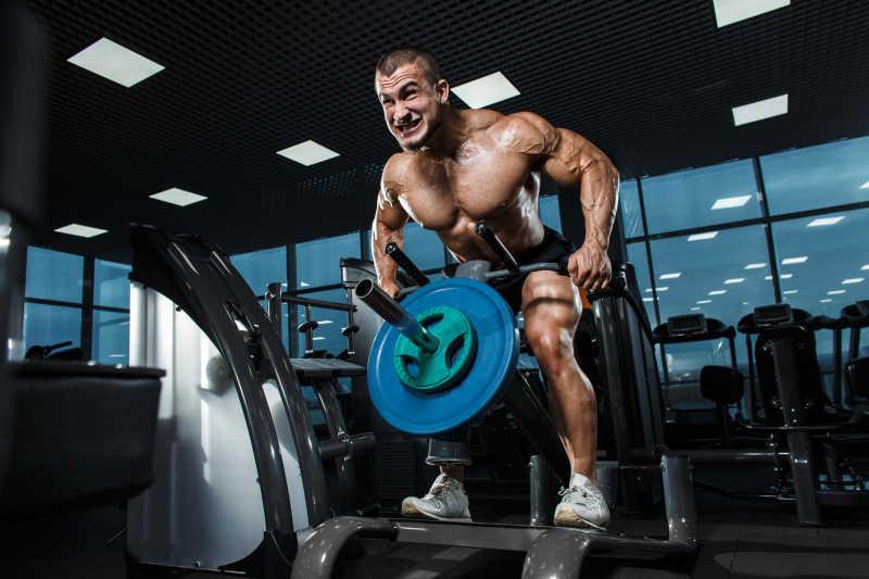 在健身房进行训练的健美运动员