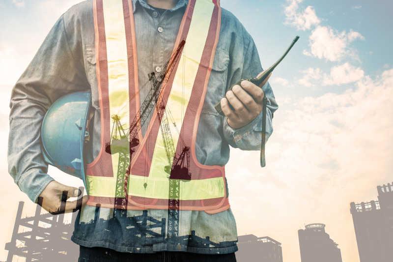 工人与工地的双重曝光
