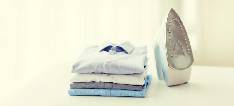 电熨斗和干净整洁的衣服