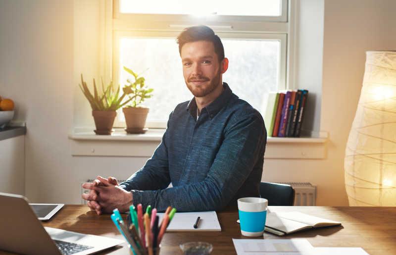 成功的商人坐在他的办公桌