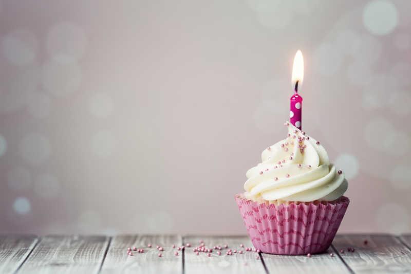 粉红色包装的生日蛋糕