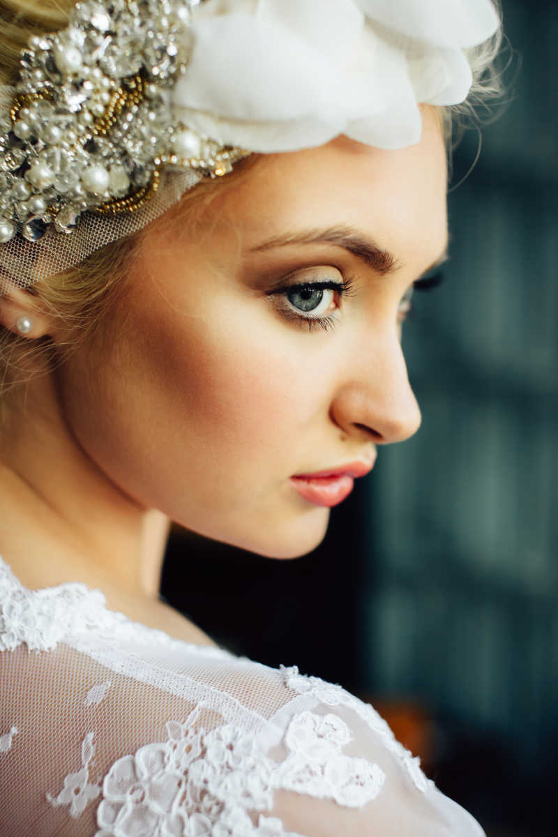 穿着华丽礼服的新娘