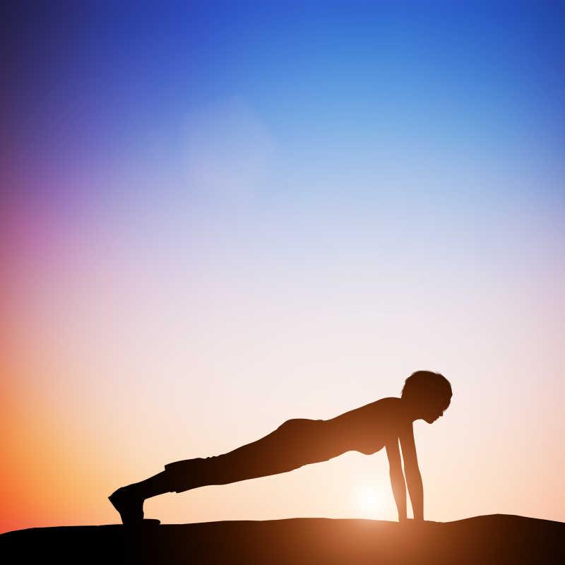 夕阳下练习瑜伽