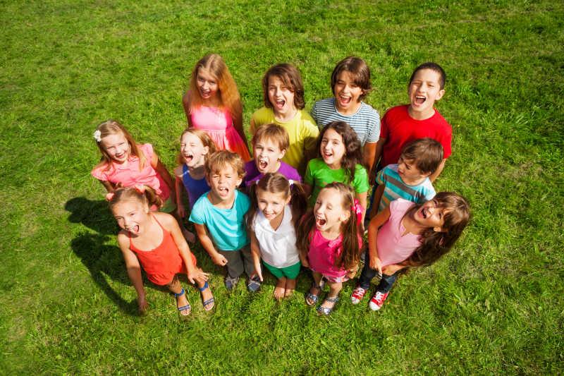 草地上一群快乐的孩子