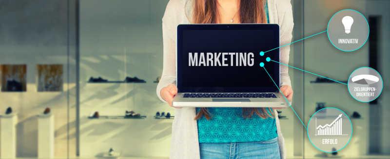美女企业家使用被基本电脑在零售商店营销