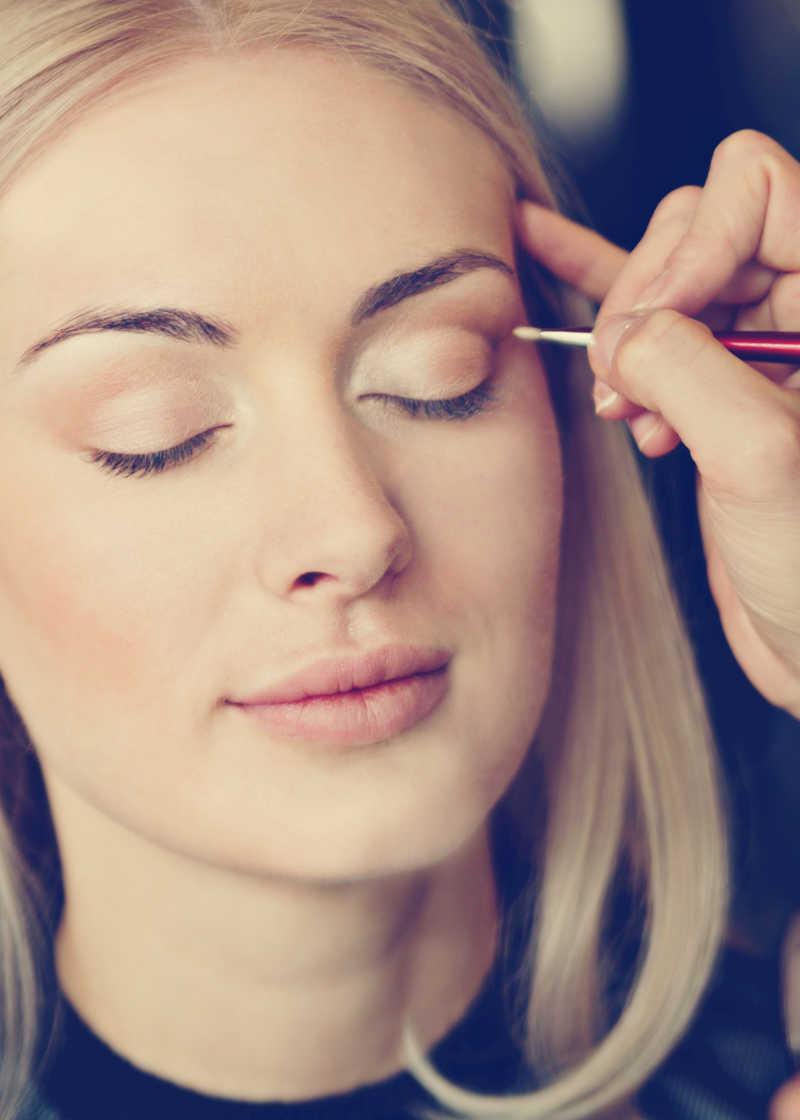 美女使用画眉笔化妆