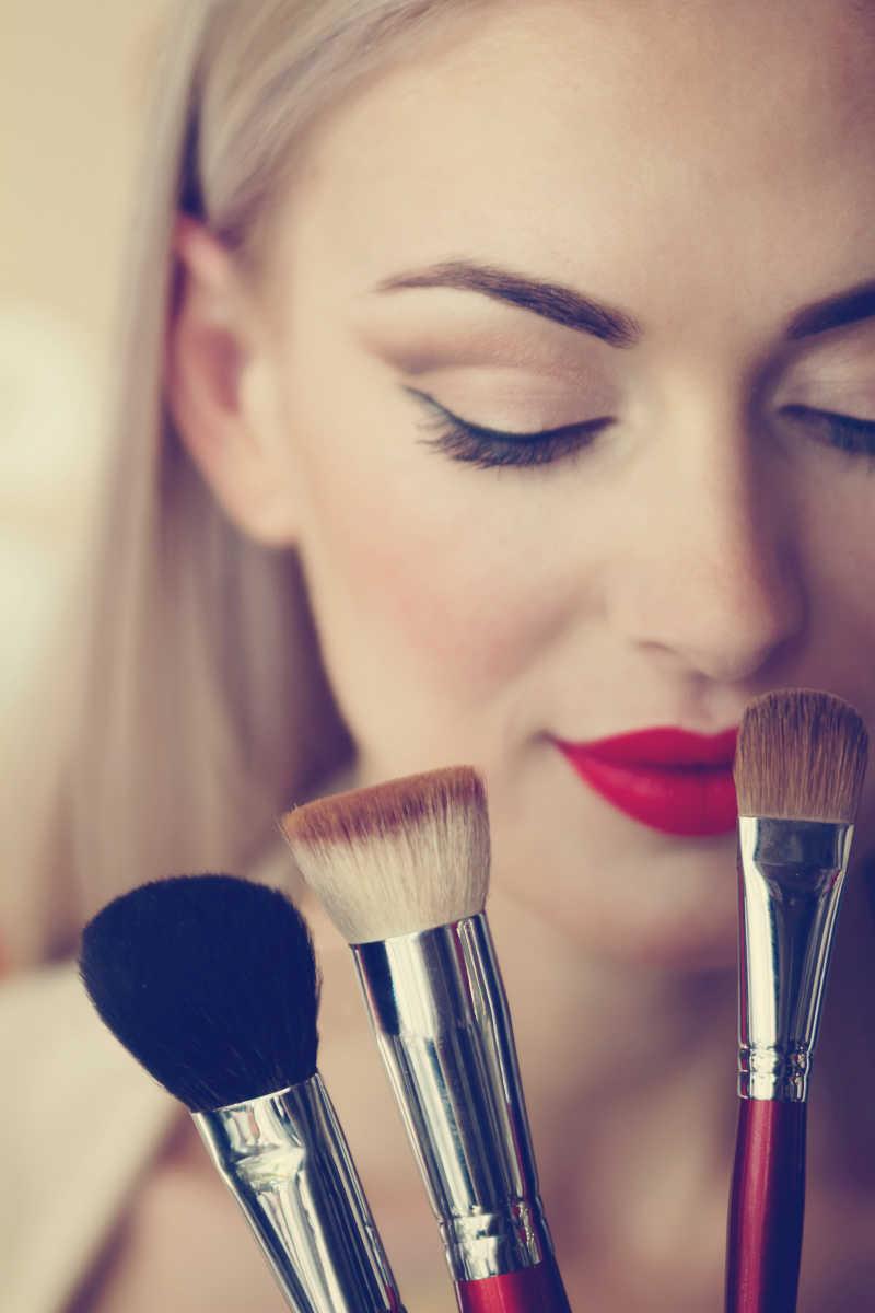 美女拿着化妆工具