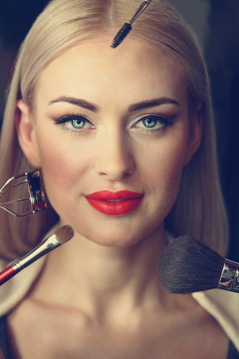 美女使用化妆工具化妆