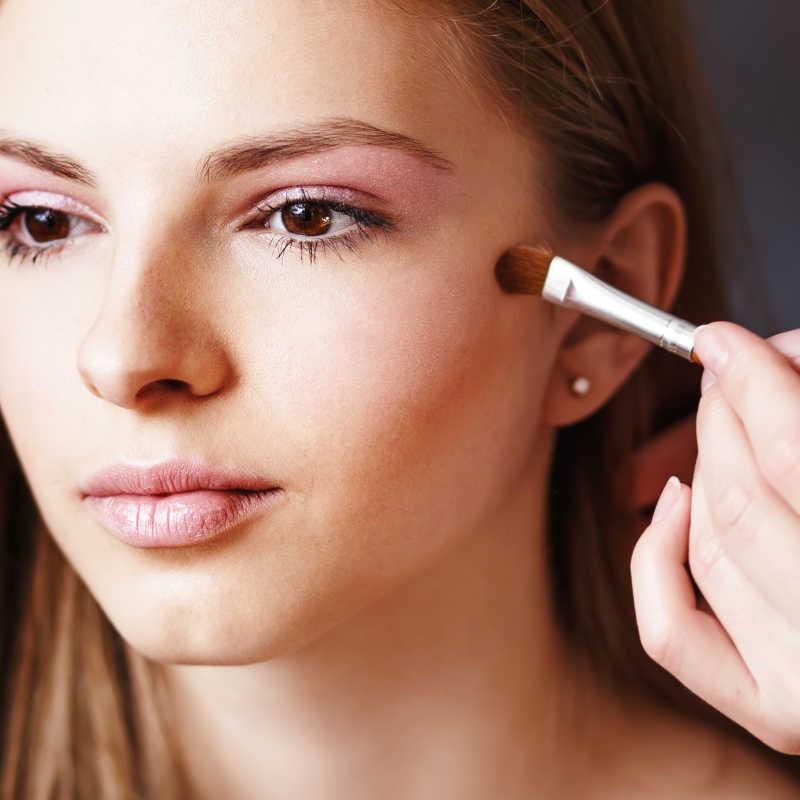 化妆师为美女化妆