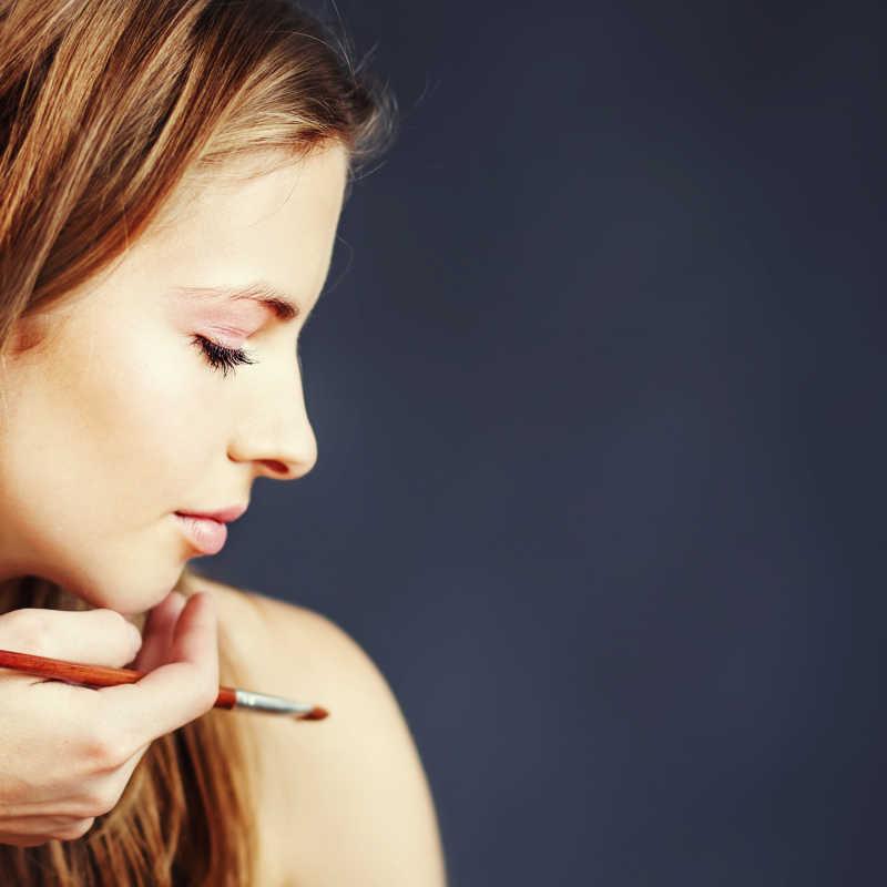 化妆师为模特化妆