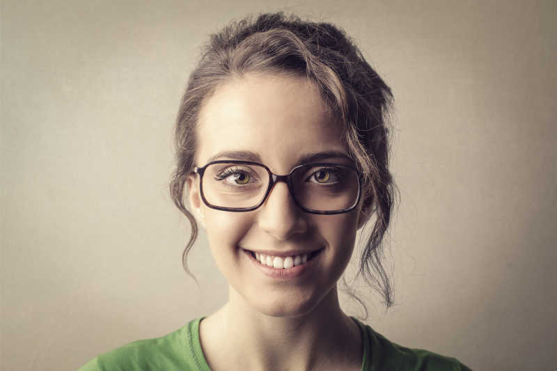 戴眼镜幸福的女人