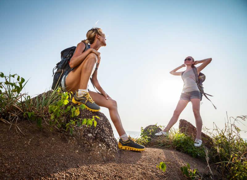 两名徒步旅行者美女在快乐的交谈