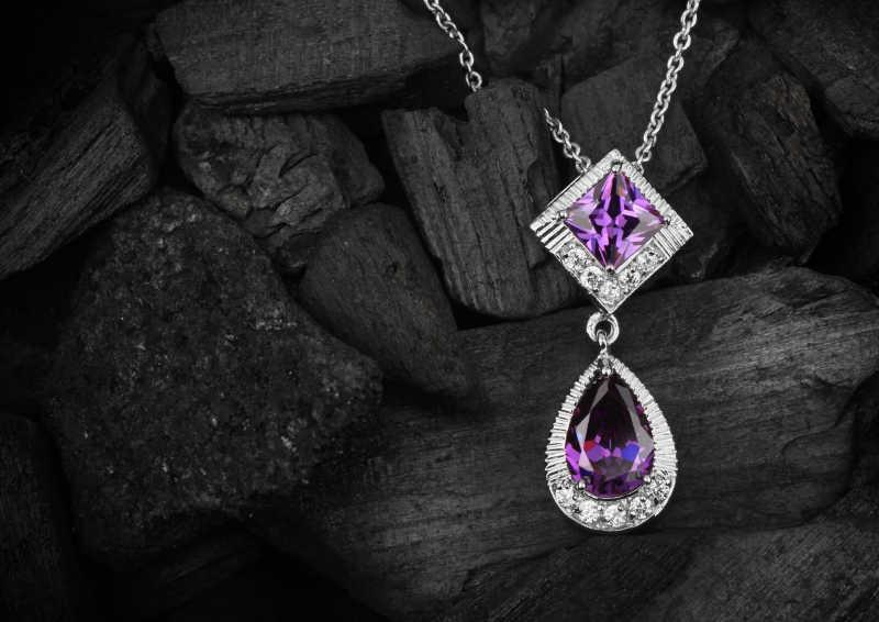 煤炭背景下的紫色珠宝项链