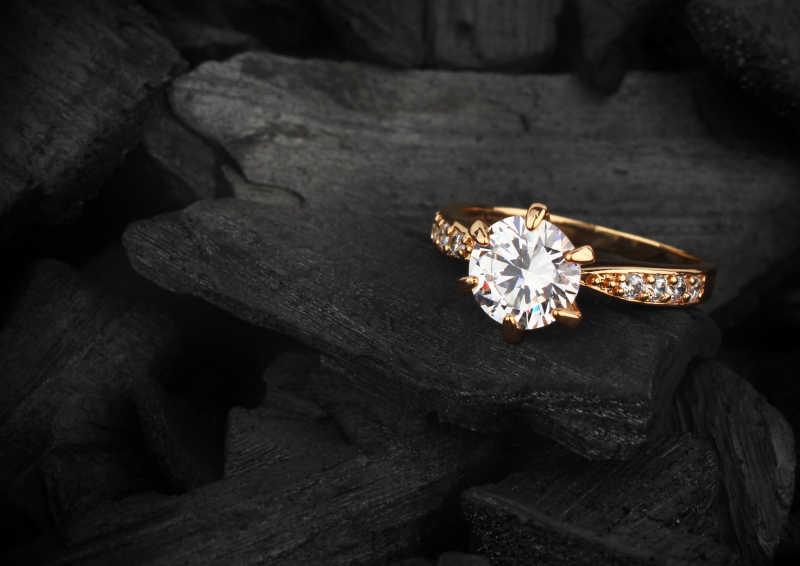 黑色背景下的钻石戒指