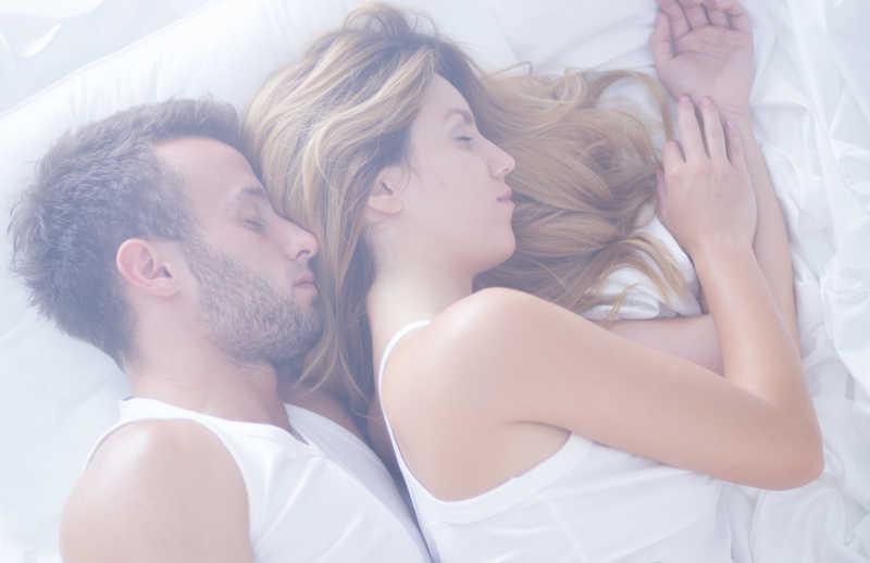 睡在一起的恩爱夫妇