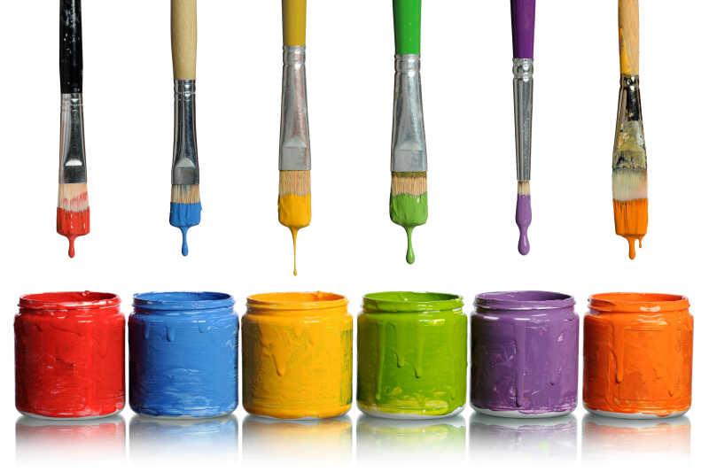 各种型号的毛刷和各种颜色的油漆