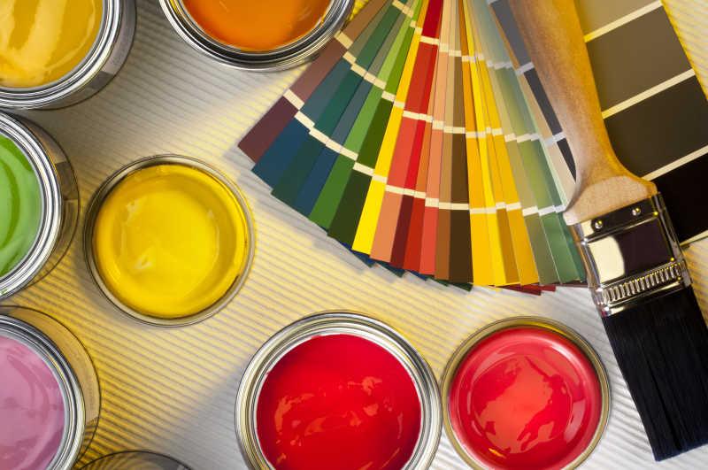 毛刷和各种颜色的油漆各种颜色卡片