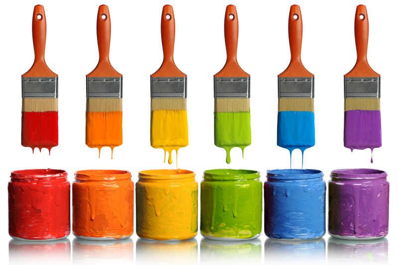 毛刷和各种颜色油漆