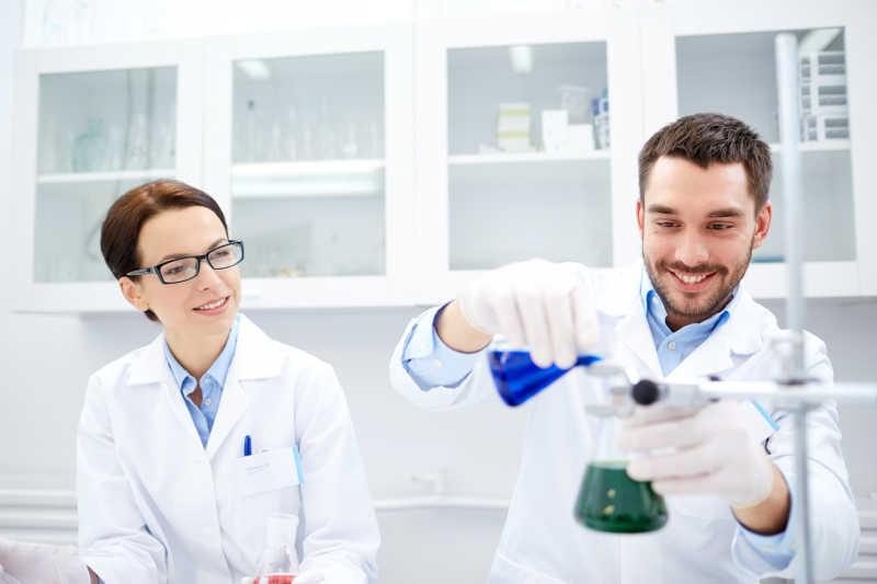 在实验室做实验的男女科学家