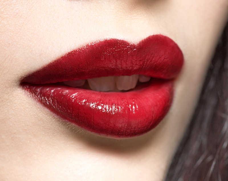 时尚模特的深红色嘴唇特写