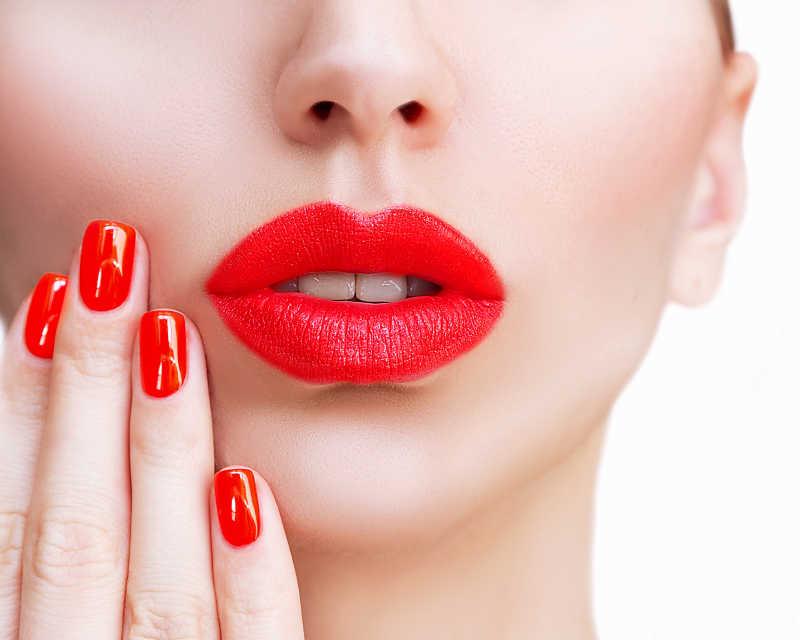 红色性感的嘴唇和指甲的特写