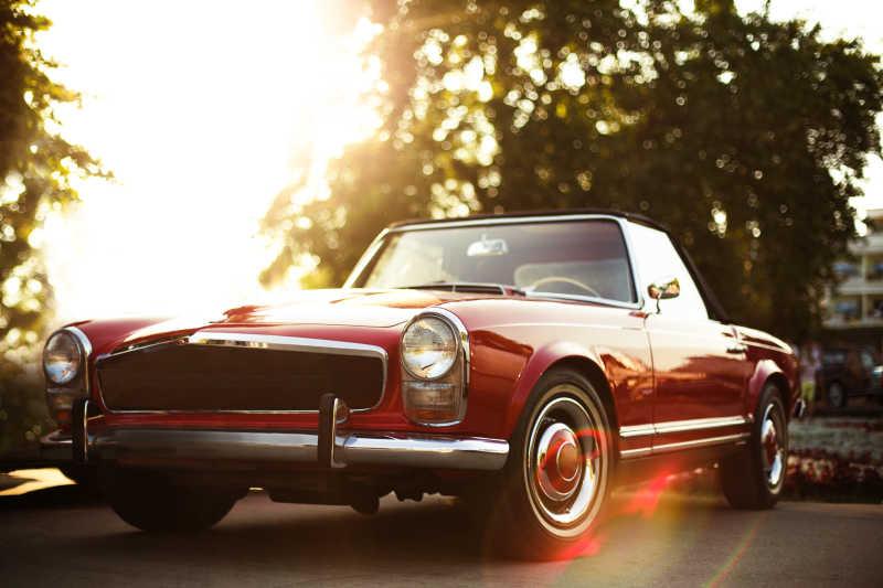 街上的复古红色汽车