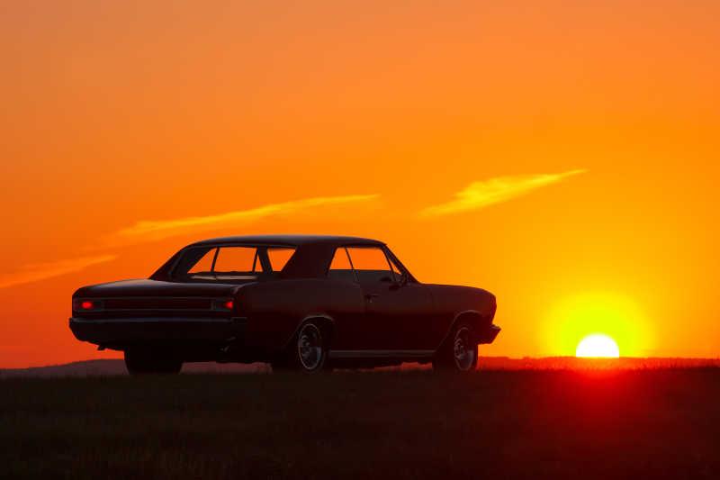 夕阳下的复古汽车剪影