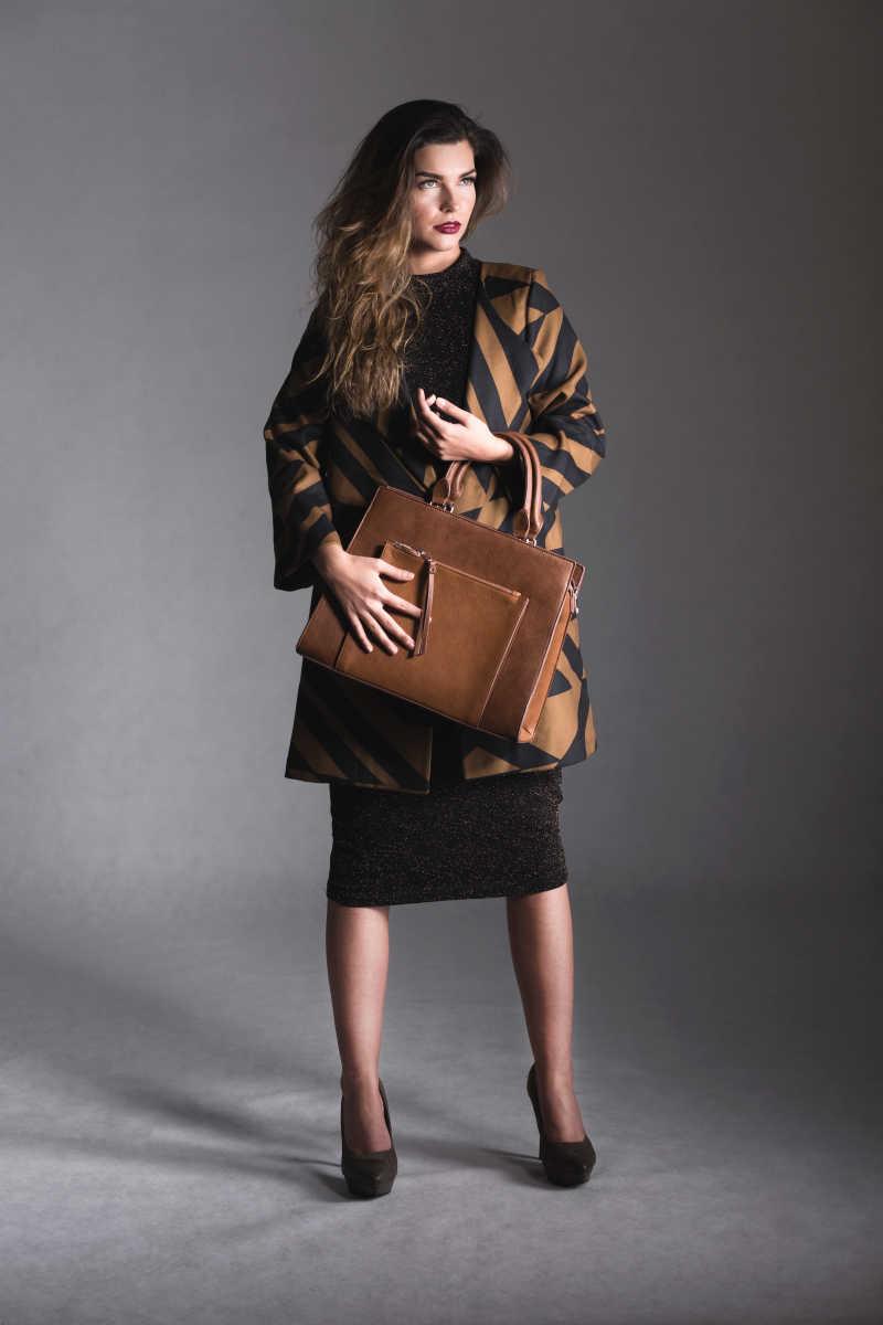 一手拿包的时装美女