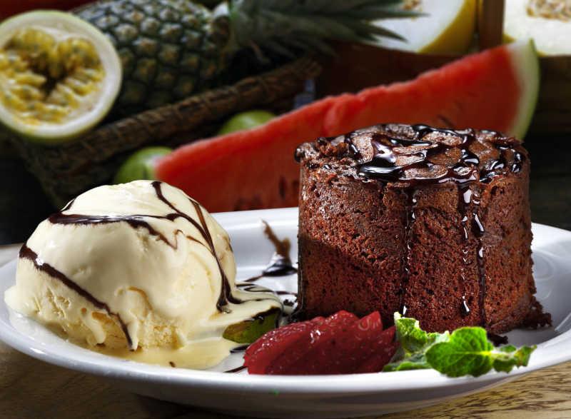 巧克力蛋糕与奶油冰淇淋