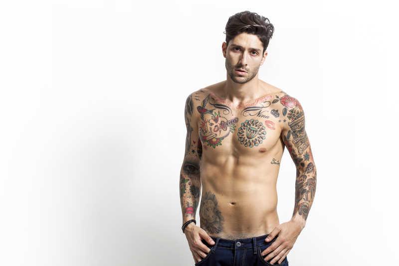 英俊性感的纹身人像