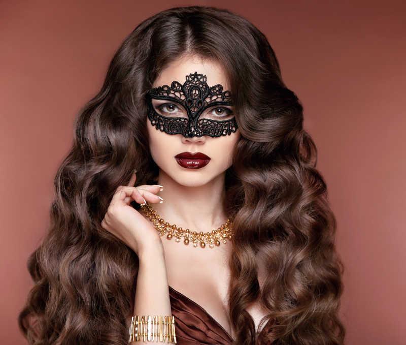戴黄金首饰的卷发女孩