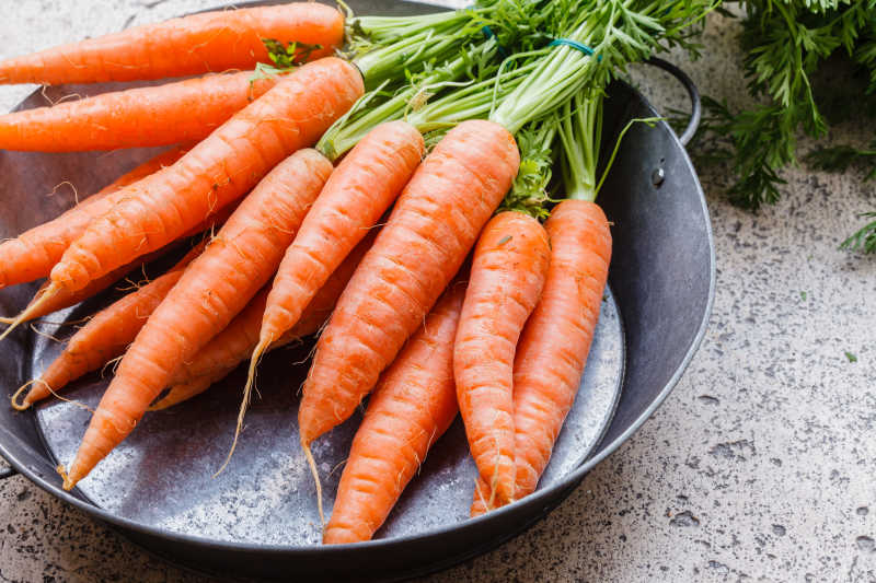装在锅里的胡萝卜堆
