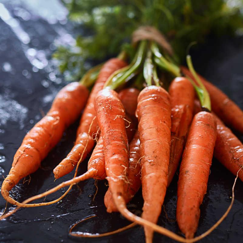 一堆刚摘下来的胡萝卜