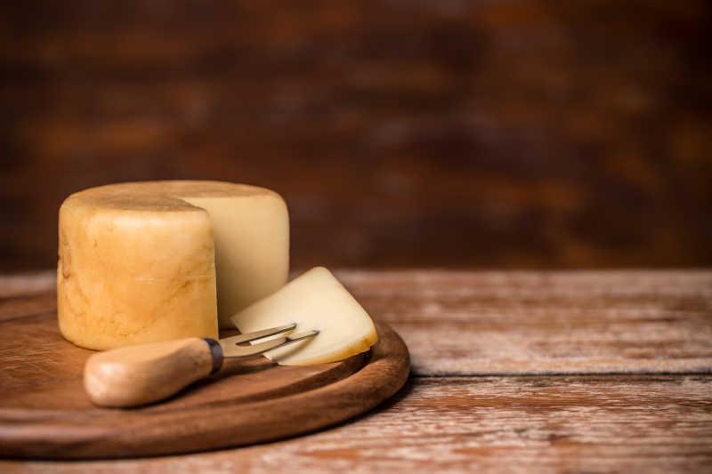木制叉上的奶酪