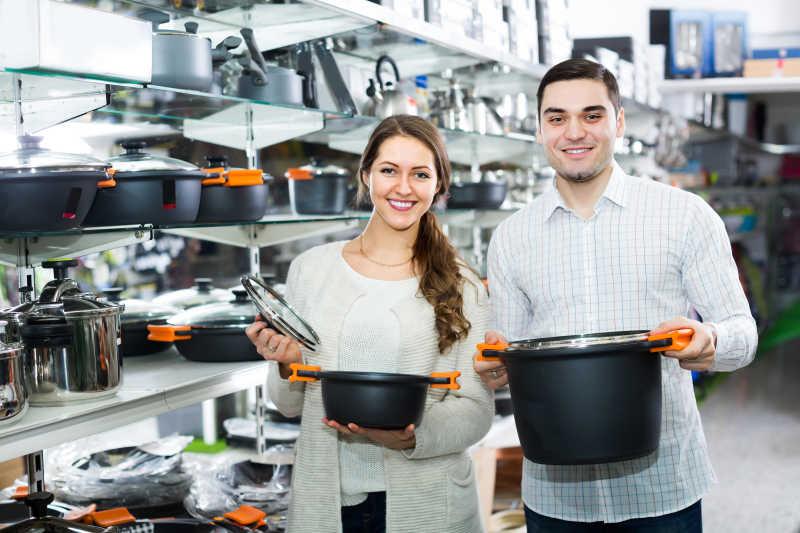 购买炊具的年轻夫妇