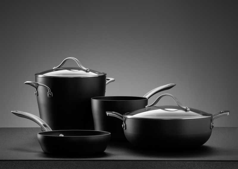 餐桌上的黑色金属锅