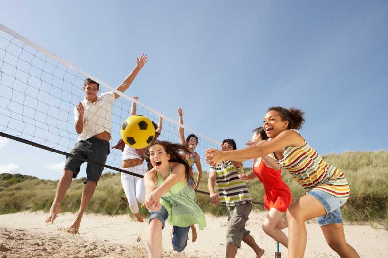 在沙滩上打排球的朋友们