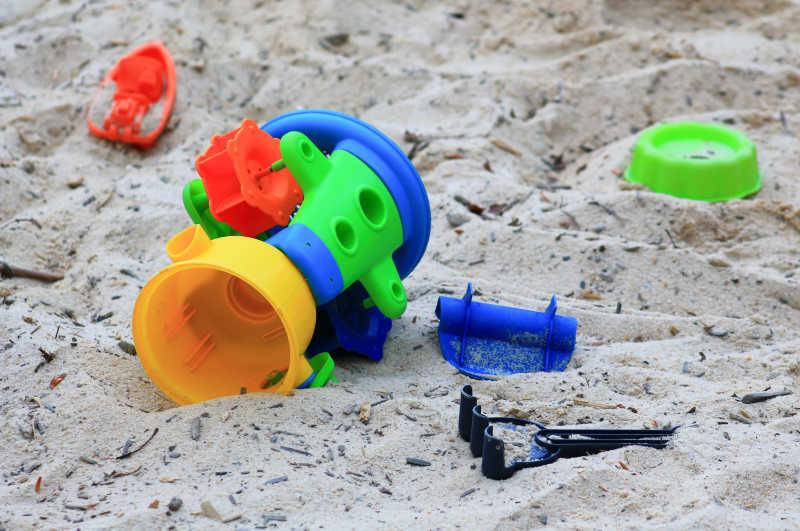 散落在沙坑里的玩具