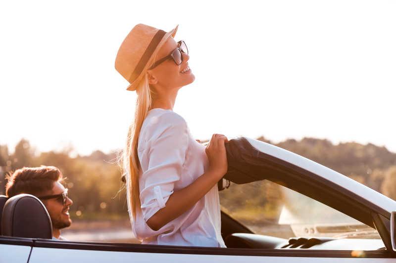 享受阳光和新鲜空气的金发女孩